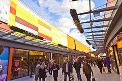 Люди любят ходить по магазинам в новой Стоковая Фотография