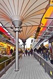 Люди любят ходить по магазинам в новом моле Стоковые Фотографии RF