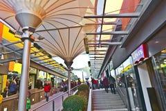 Люди любят ходить по магазинам в новом моле Стоковое фото RF