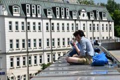 Люди (люди и женщины) на мосте любят крыша Стоковое Фото