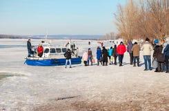 Люди Embarkation на ховеркрафте пассажира на льде  стоковая фотография rf