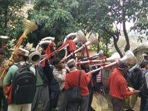 Люди Himachali играя фольклорные музыкальные инструменты Стоковые Фото