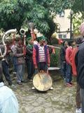Люди Himachali играя фольклорный музыкальный инструмент Стоковые Фотографии RF