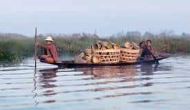 Люди Intha на озере Inle в положении Шани Мьянмы Стоковые Фото