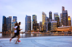 Люди jogging в Сингапуре Стоковые Фотографии RF