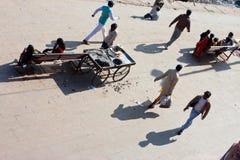 Люди Rashing идут широкая улица стоковая фотография rf