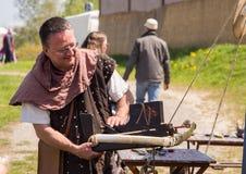 Люди, salesstands и общие впечатления средневекового фестиваля времени на озере Murner в Wackersdorf, Баварии 10-ое мая 2016 Стоковые Изображения RF