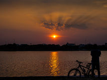 Люди Silhouette с красивым небом Стоковая Фотография RF