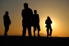 Люди silhouettes заход солнца Стоковые Изображения RF