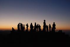 Люди silhouettes заход солнца Стоковые Фотографии RF