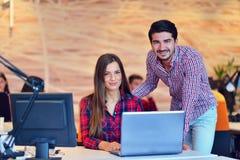 Люди Startup дела молодые творческие собирают метод мозгового штурма на встрече на офис Стоковое Фото