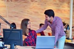 Люди Startup дела молодые творческие собирают метод мозгового штурма на встрече на офис Стоковые Фотографии RF
