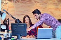 Люди Startup дела молодые творческие собирают метод мозгового штурма на встрече на офис Стоковая Фотография RF
