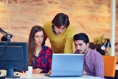 Люди Startup дела молодые творческие собирают метод мозгового штурма на встрече на офис Стоковое Изображение