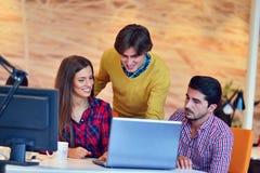 Люди Startup дела молодые творческие собирают метод мозгового штурма на встрече на офис Стоковые Изображения