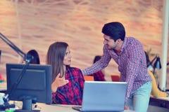 Люди Startup дела молодые творческие собирают метод мозгового штурма на встрече на офис Стоковые Фото