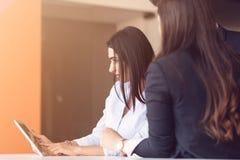 Люди Startup дела молодые творческие собирают метод мозгового штурма на встрече на офис используя компьтер-книжку и планшет Стоковая Фотография RF