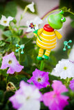 Лягушка в цветке стоковое фото rf