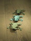 Лягушки Origami на деревянной предпосылке Стоковая Фотография