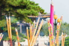 ЛЯОНИН, КИТАЙ - 3-ье августа 2015: Ручки ладана на виске Guangyou Стоковые Фото