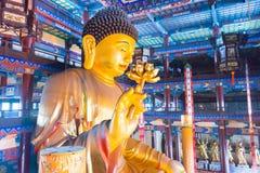 ЛЯОНИН, КИТАЙ - 3-ье августа 2015: Статуя Budda на виске Guangyou Стоковые Изображения