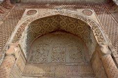 Мавзолей или gumbez, старая усыпальница династии ` s Karakhanid покрытой с красивыми геометрическими и флористическими мусульманс стоковые фотографии rf