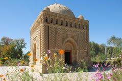 Мавзолей Samanid в цветах Стоковое Фото