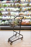 Магазинная тележкаа в супермаркете с разнообразием овощей стоковое фото