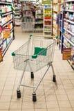 Магазинная тележкаа в супермаркете стоковое изображение rf