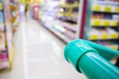 Магазинная тележкаа с абстрактным магазином уцененных товаров супермаркета нерезкости Стоковая Фотография RF