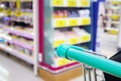 Магазинная тележкаа с абстрактным магазином уцененных товаров супермаркета нерезкости Стоковое Изображение