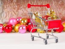 Магазинная тележкаа с подарками и настоящими моментами рождества, продажей рождества и Нового Года Стоковые Изображения