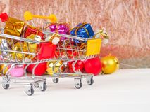 Магазинная тележкаа с подарками и настоящими моментами рождества, продажей рождества и Нового Года Стоковая Фотография RF