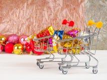 Магазинная тележкаа с подарками и настоящими моментами рождества, продажей рождества и Нового Года Стоковое фото RF