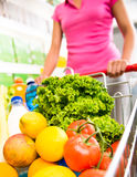 Магазинная тележкаа заполненная с овощами и плодоовощ Стоковое Фото
