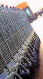 Магазинные тележкаи в рядке стоковые фотографии rf