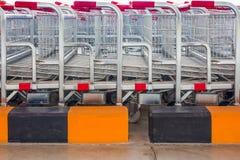 Магазинные тележкаи выровнянные вверх на супермаркете Стоковое Изображение RF