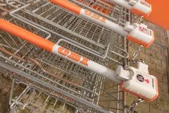 Магазинные тележкаи ОБИ Стоковое Фото