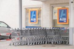 Магазинные тележкаи Aldi Стоковые Изображения RF