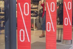Магазины витрины и знак продажи стоковые изображения rf