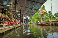 Магазины в известном плавая рынке в Таиланде Стоковое Изображение