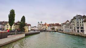 Магазины и дома вдоль банка реки Reuss в Люцерне, Швейцарии Стоковое Фото