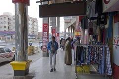 Магазины и покупатели в старых магазинах и покупатели в старом Batha Эр-Рияде, Саудовской Аравии 01 12 2016 Стоковая Фотография