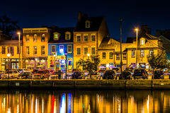 Магазины и рестораны на ноче внутри валят пункт, Балтимор, Maryla стоковые изображения
