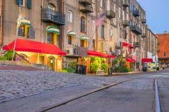 Магазины и рестораны на улице реки в городской саванне в Ge стоковые фото