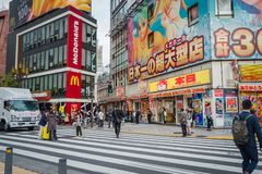 Магазины и толпить люди на городке Shinjuku в Токио стоковое изображение