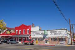Магазины на главной улице Бриджпорте, Калифорнии стоковое изображение