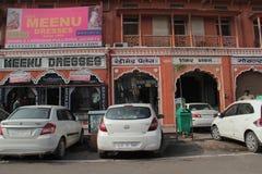 Магазины на занятой дороге благотворительного базара Джайпура стоковое изображение rf