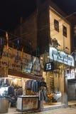 Магазины улицы портноев раскрывают на ноче стоковые изображения rf