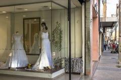 Магазины Bridal и свадьбы статей в традиционной улице Caetano Sao, стоковое фото
